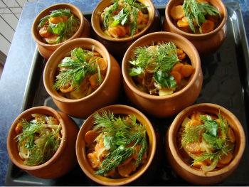 Фото-пример сервировки салатов с морепродуктами